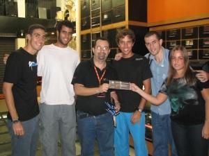 Na foto, o pessoal da Banda Contra Regra. Eles se deram bem na segunda fase do Festival, e ganhaam um kit da Acústica
