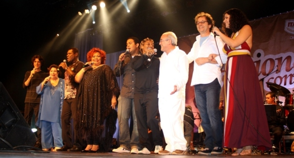 Alcione e seus convidados, no show beneficente, no Rio de Janeiro.
