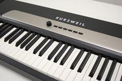 Piano Kurzweil Mark – Pro One i Stylish: o lançamento tem sistema estéreo de amplificação com 34 watts; possui 88 teclas e 64 sons expressivos, incluindo triple strike piano; 20 partens de sintonia; 64 vozes de polifonia e portas USB.