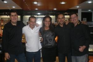 Carol Góes, com representantes da Santo Ângelo, Nig Music e Rouxinol